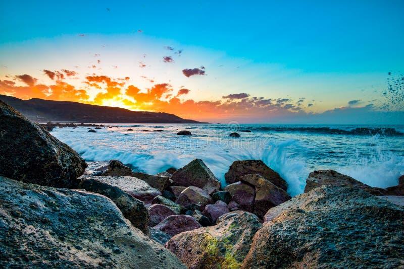 Bello tramonto sulla spiaggia di Las Canteras lungo la città di Las Palmas de Gran Canaria, Spagna fotografia stock libera da diritti