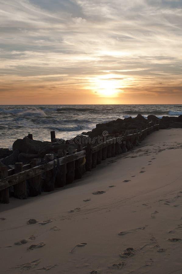 Bello tramonto sulla spiaggia in Vieux Boucau fotografia stock