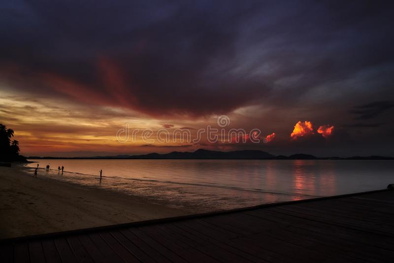 Bello tramonto tailandese con cloudly il cielo fotografia stock