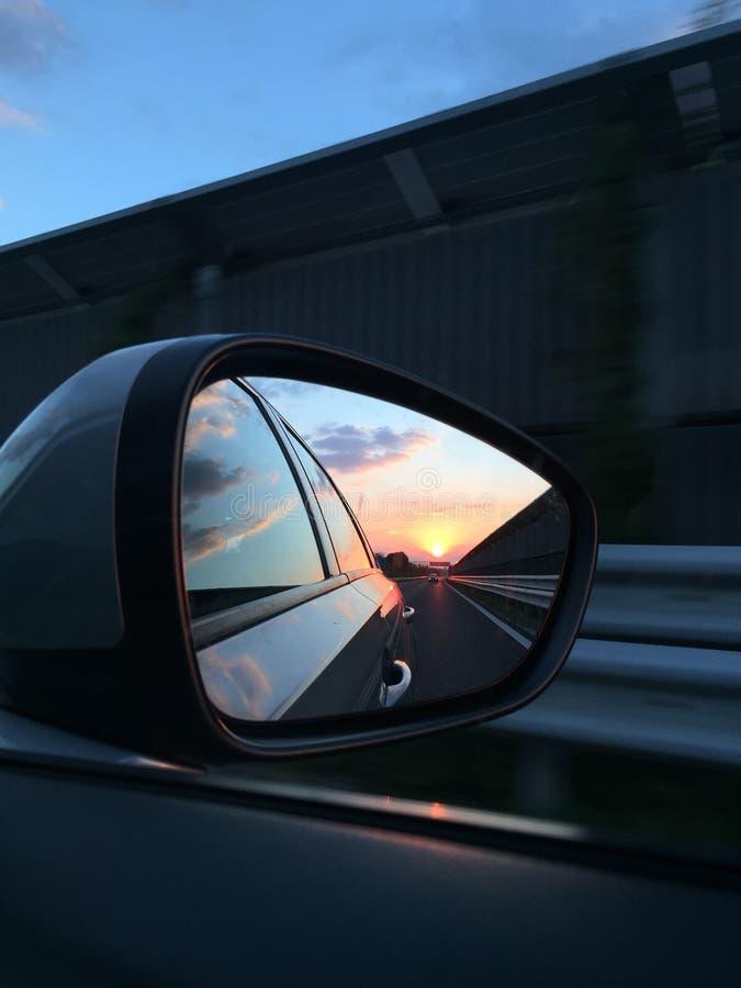 Bello tramonto in un retrovisore fotografia stock libera da diritti