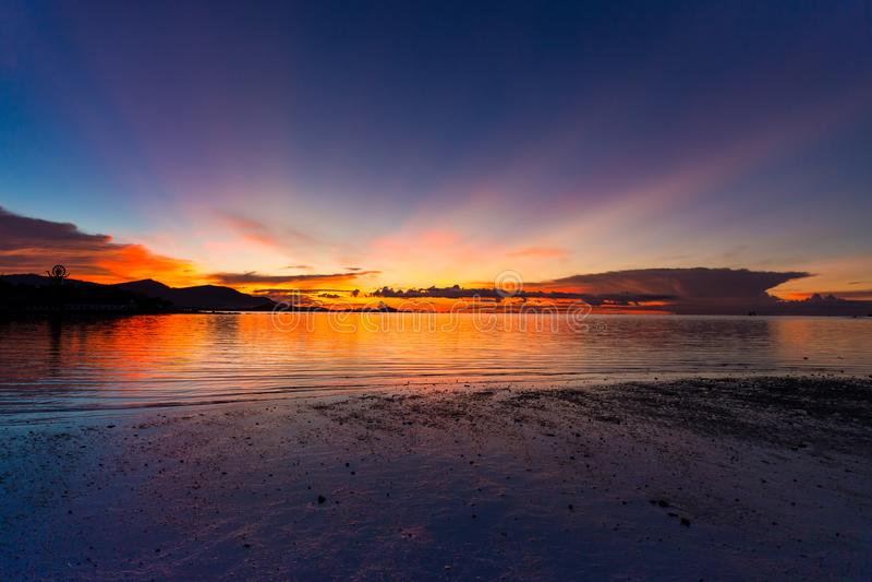 Bello tramonto variopinto con la grande statua di Buddha sul ove della montagna fotografia stock libera da diritti