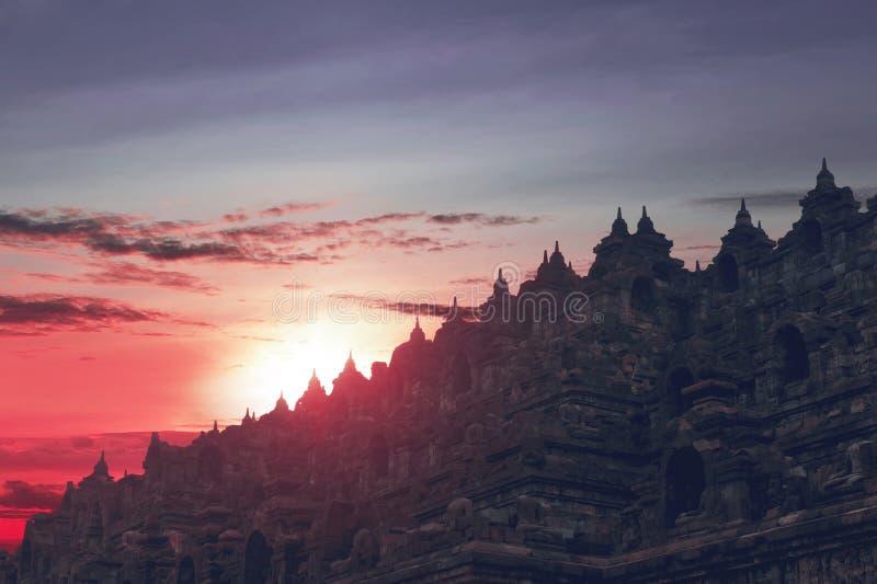 Bello tramonto visto dalla cima del tempio di Borobudur immagini stock