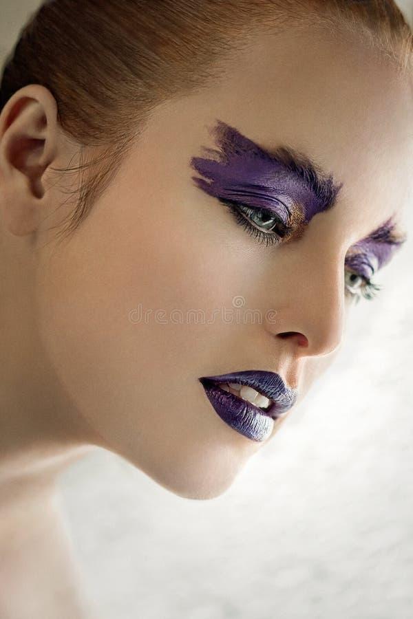 Bello trucco di arte della ragazza, colore porpora immagine stock