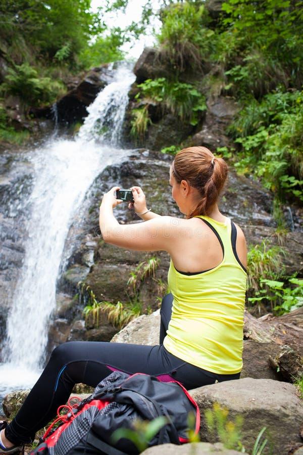 Bello turista della giovane donna che prende una foto fotografia stock