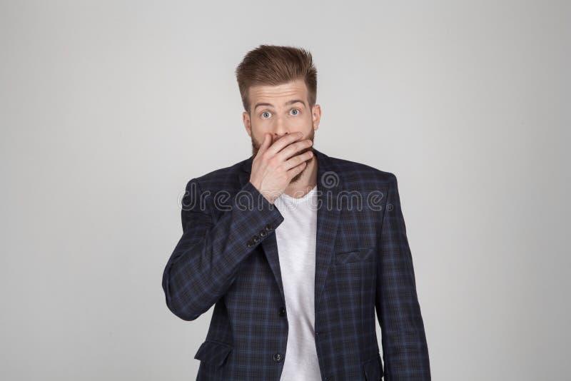 Bello uomo barbuto sexy con un bello stile di capelli E immagini stock