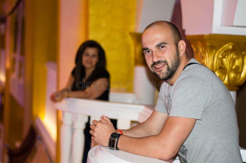 Bello uomo barbuto sorridente immagini stock libere da diritti