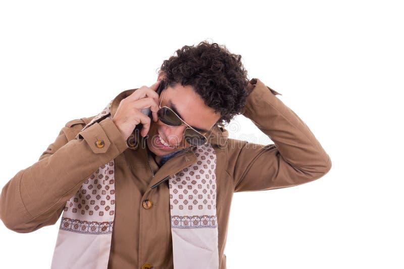 Bello uomo con gli occhiali da sole che indossano il talkin della sciarpa e del rivestimento fotografie stock