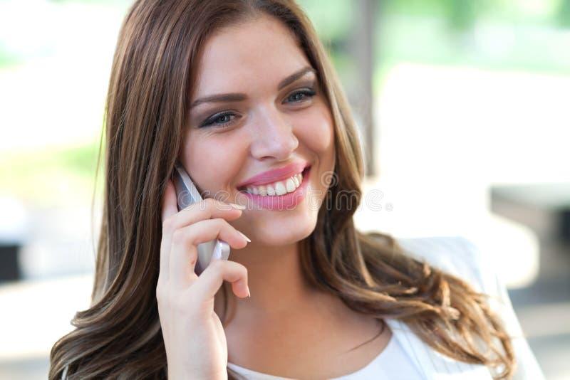 Bello uomo d'affari femminile sul telefono cellulare fotografia stock libera da diritti