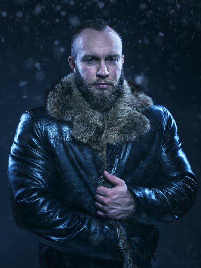 Bello uomo di lusso di inverno sul fondo della neve fotografia stock libera da diritti