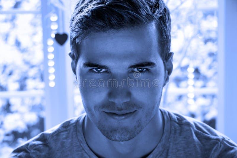 Bello uomo diabolico che esamina macchina fotografica immagini stock