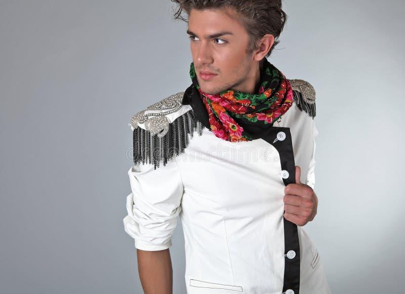 Bello uomo in vestiti esclusivi di disegno immagine stock libera da diritti