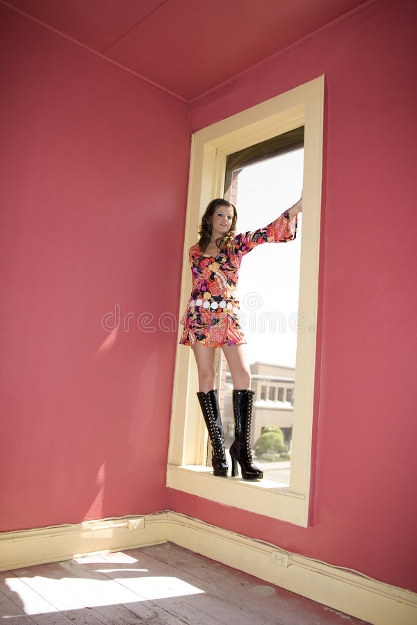 Bello vada vanno ragazza in finestra fotografie stock libere da diritti