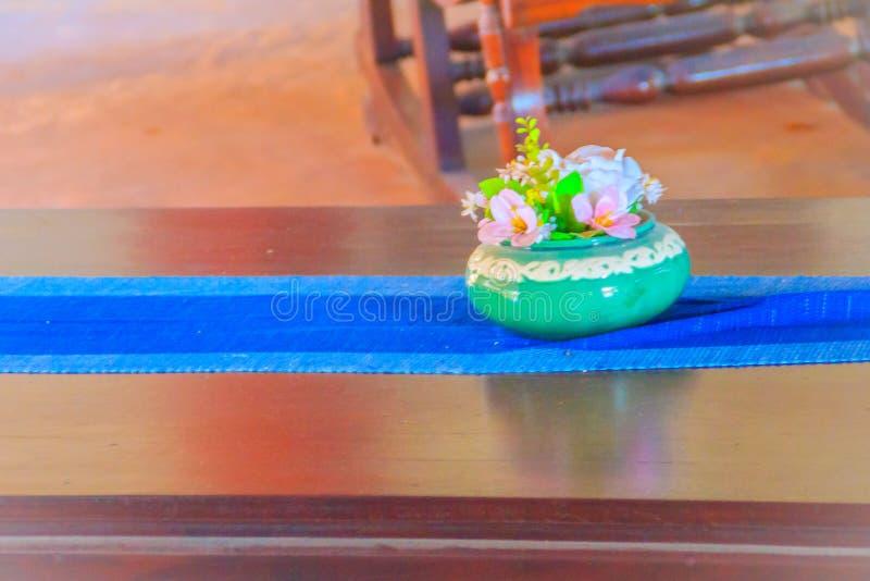 Bello vaso blu della porcellana con i fiori rosa sul Br di legno immagine stock libera da diritti
