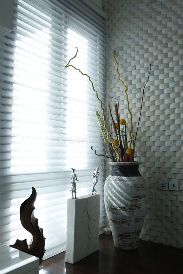 Bello vaso di fiore della Tabella al sito della finestra nel giorno soleggiato immagine stock libera da diritti