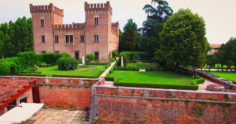 Bello vecchio castello italiano che ospita nozze nella campagna fotografia stock libera da diritti