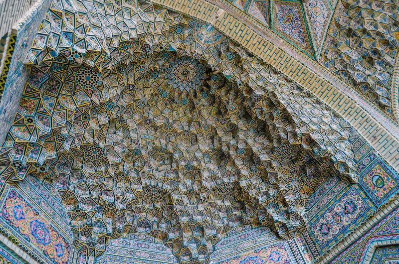 Bello vecchio mosaico che decora parete esterna della moschea di Nasir al-Mulk a Shiraz, Iran immagine stock libera da diritti