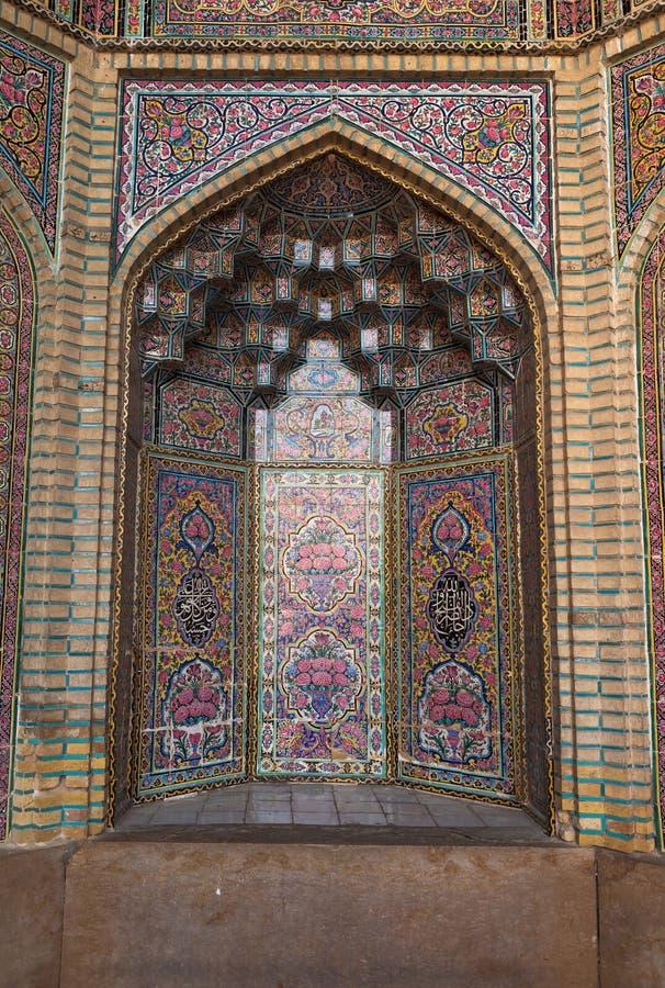 Bello vecchio mosaico di verniciatura decorato sulla parete della moschea rosa, Iran fotografia stock libera da diritti