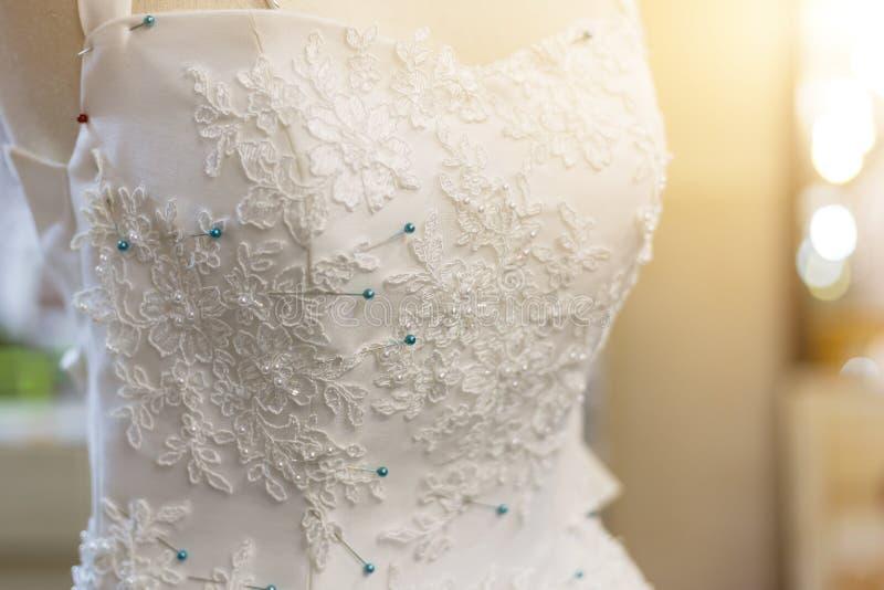 Bello vestito da sposa decorato con i modelli di fiore immagini stock