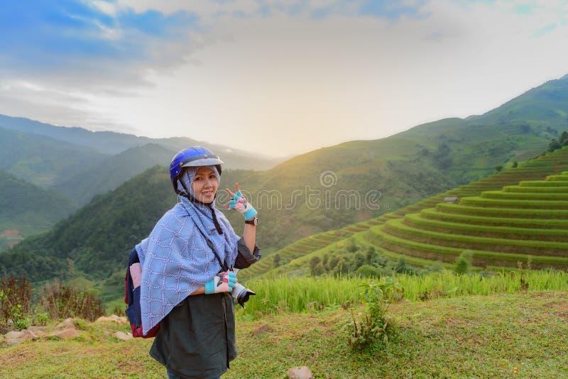 Bello viaggiatore con zaino e sacco a pelo della ragazza immagini stock libere da diritti