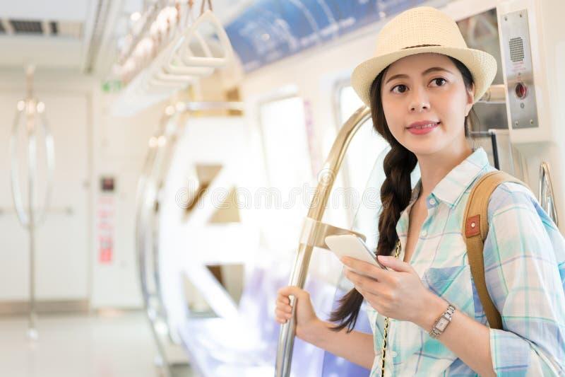 Bello viaggio della donna con la metropolitana di mrt di Taipei fotografia stock libera da diritti