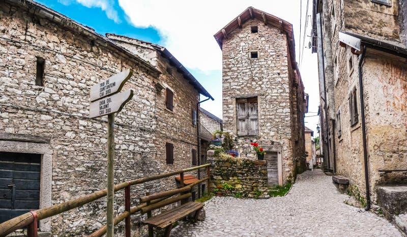 Bello vicolo nella città storica di Casso, Friuli, Italia fotografia stock libera da diritti