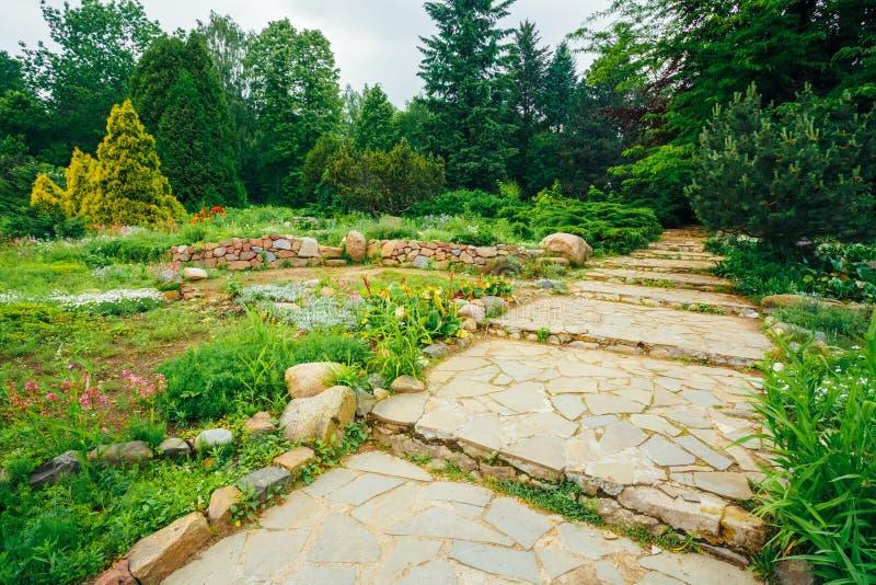 Bello vicolo in parco Progettazione d'abbellimento del giardino fotografia stock libera da diritti