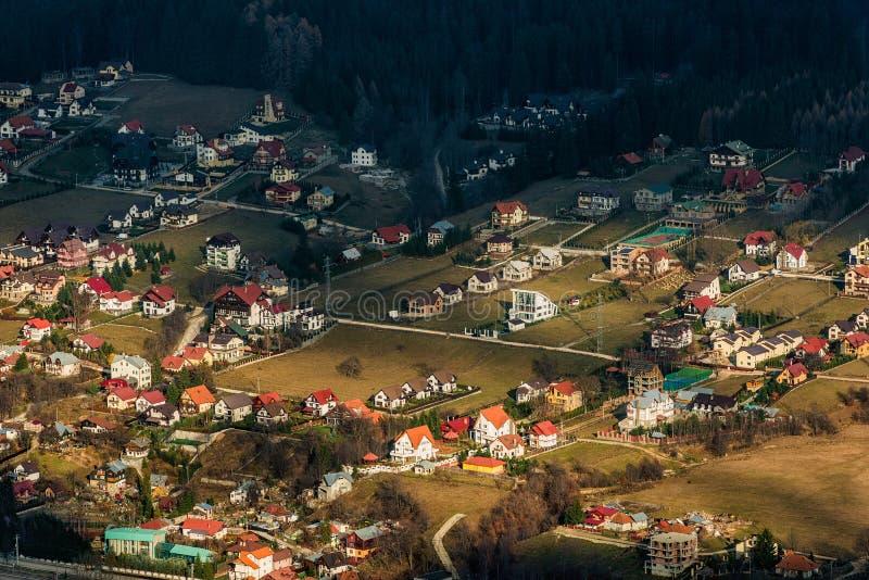Download Bello Villaggio Alla Base Delle Montagne Fotografia Stock - Immagine di sistemazione, backpacking: 30826532