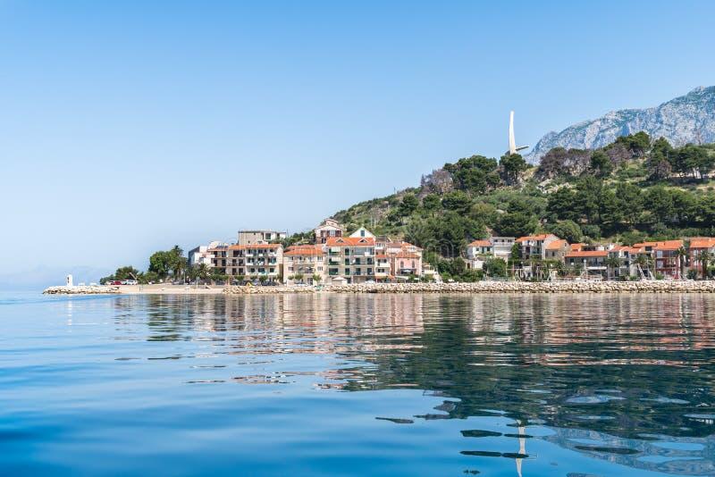 Bello villaggio di Podgora in Makarska riviera con il mare adriatico fotografia stock