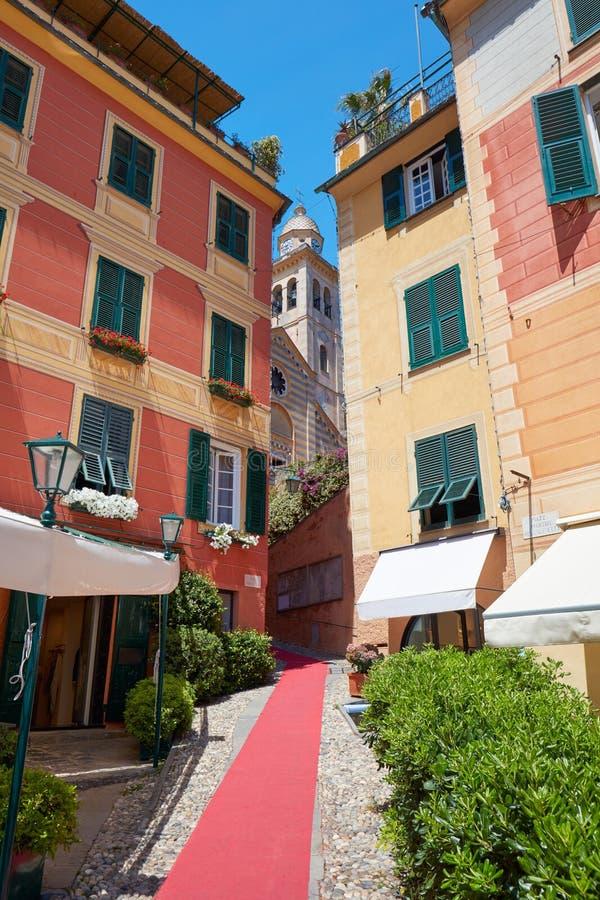 Bello villaggio di Portofino con le case variopinte e la viuzza immagine stock libera da diritti