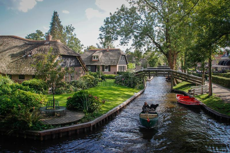 Bello villaggio leggiadramente con i canali che stanno facendo galleggiare le barche e le case tradizionali accoglienti fotografia stock