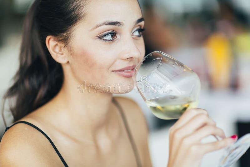 Bello vino dell'assaggio della donna immagini stock