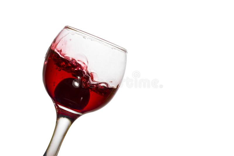 Bello vino in un vetro con l'uva fotografia stock