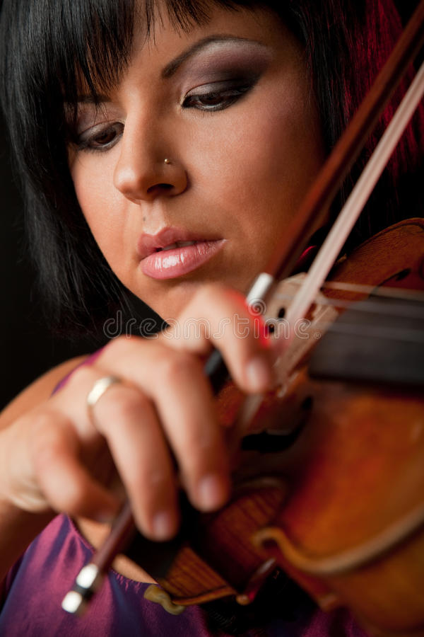 Bello violinista fotografie stock libere da diritti