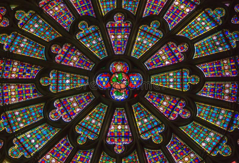 Bello vitrage nella cattedrale di Carcassonne immagini stock
