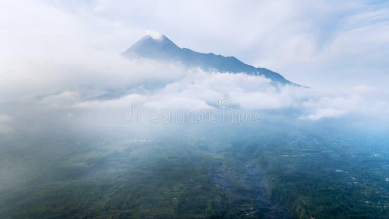 Bello vulcano di Batur coperto da nebbia immagine stock
