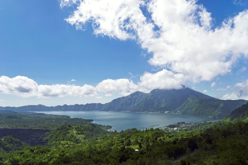 Bello vulcano di Batur sotto cielo blu immagine stock