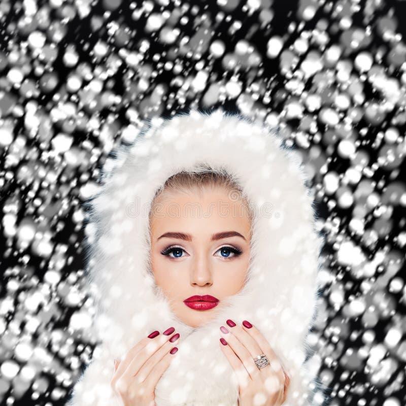 Bello Woman di modello con la neve di inverno Trucco e manicure immagine stock libera da diritti