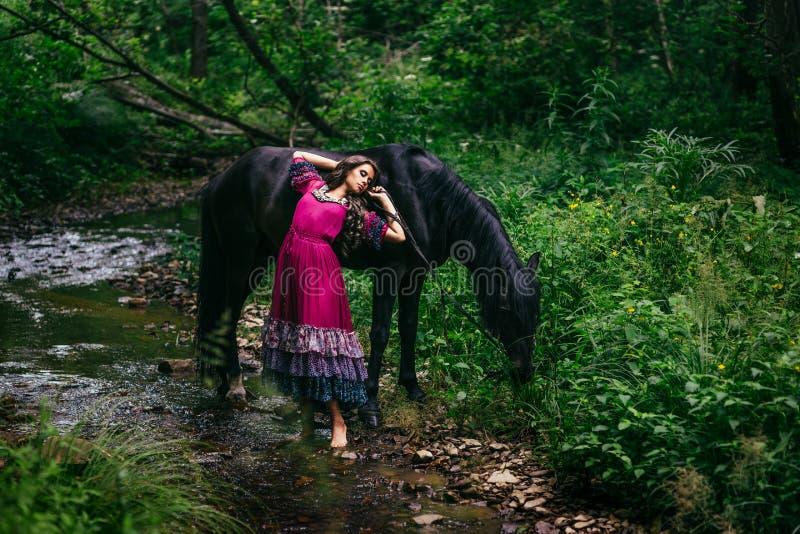 Download Bello Zingaro In Vestito Viola Fotografia Stock - Immagine di eleganza, brunette: 56882370