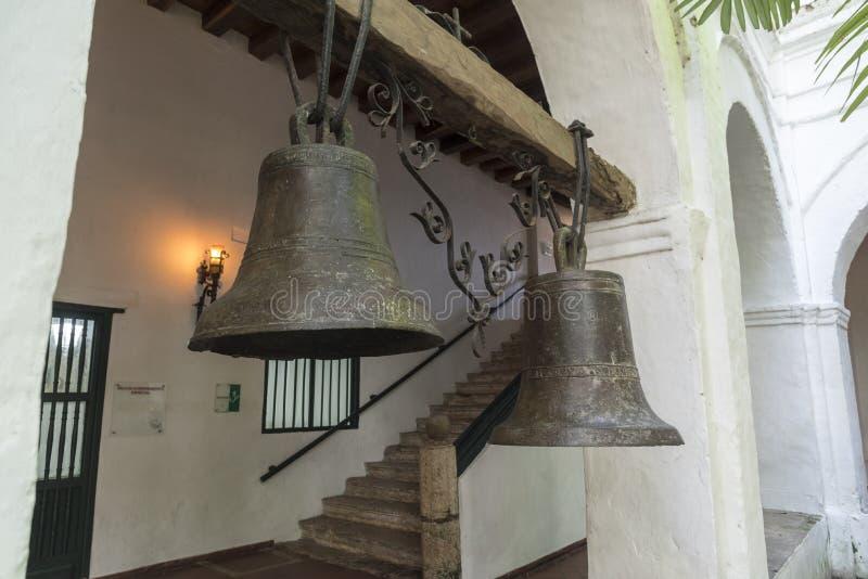 Bells dans les cloîtres du Parroquia San Pedro Claver photographie stock