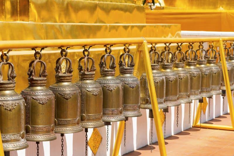Bells dans une rangée au temple Chiang Mai de Wat Phra Singh photographie stock libre de droits