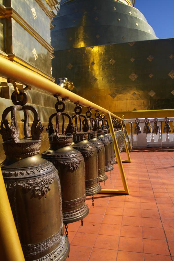 Bells dans une rang?e au temple Chiang Mai de Wat Phra Singh photo libre de droits