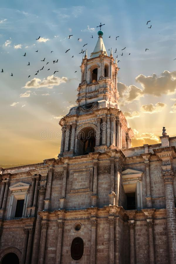 Belltower του καθεδρικού ναού Arequipa, Περού στο ηλιοβασίλεμα με τα πουλιά στοκ φωτογραφίες με δικαίωμα ελεύθερης χρήσης