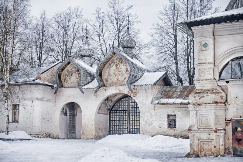 Belltower antico del portone della cattedrale di Znamensky, nell'inverno e coperto di neve, Novgorod, Russia immagini stock libere da diritti