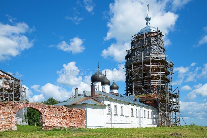 Belltower antico e caso privato del monastero di Mikhaylo-Klopsky nel pomeriggio soleggiato di giugno Regione di Novgorod fotografia stock