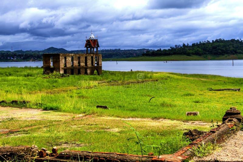 Belltower antico e natura verde fotografia stock