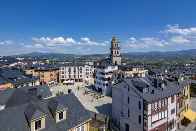 Belltower av basilikan av Encinaen i Ponferrada, Spanien royaltyfri fotografi