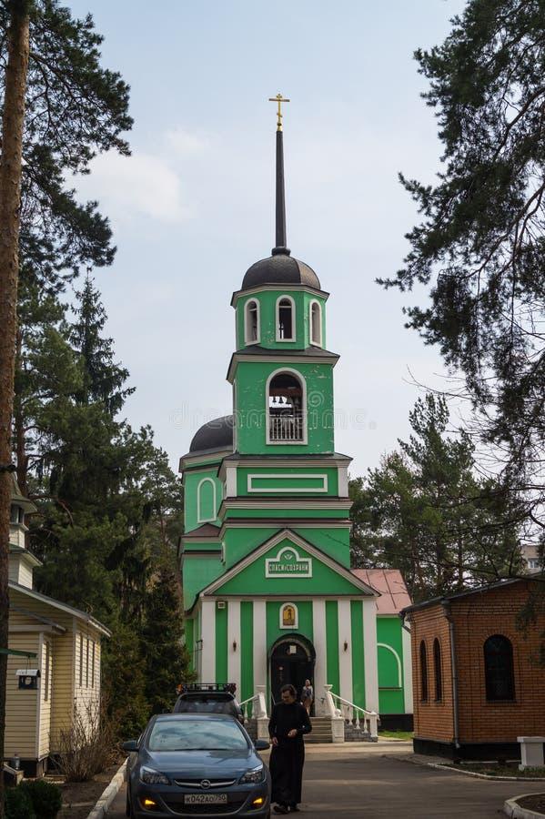 Belltower av kyrkan av den ärevördiga Saint Sabbas av Storozhi Balashikha område Zarya, Moskvaregion royaltyfri bild