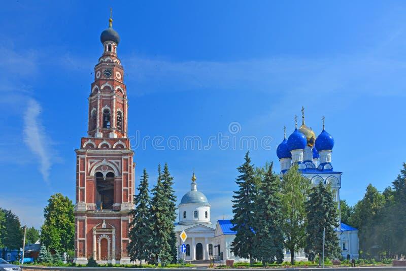 Belltower, catedral del arcángel Michael e iglesia del icono de la madre de dios Jerusalemin el centro de la ciudad de Bronnitsy imagen de archivo libre de regalías