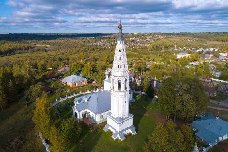 Belltower de la encuesta sobre aérea la catedral de la transfiguración del salvador Sudislavl, Rusia foto de archivo libre de regalías