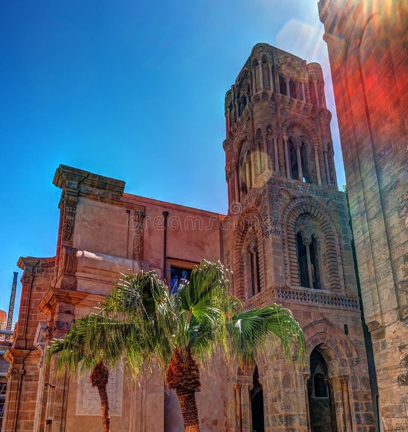 Belltower de la iglesia Martorana con las palmeras, Palermo sicilia foto de archivo